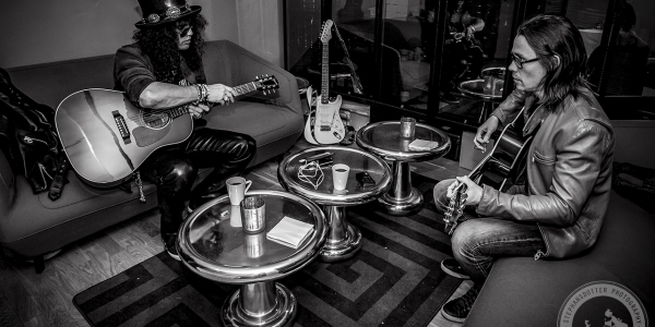 Slash & Myles warming up with coffee and riffs